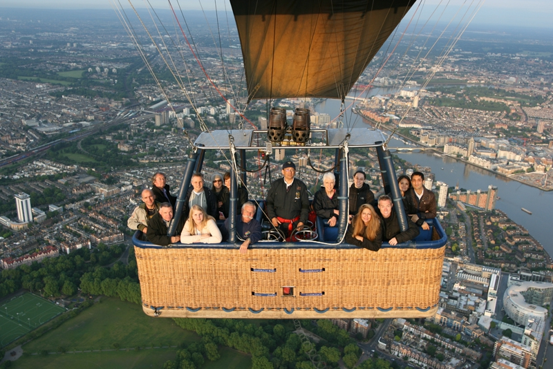 Passengers on our London hot air balloon rides take in the sights.